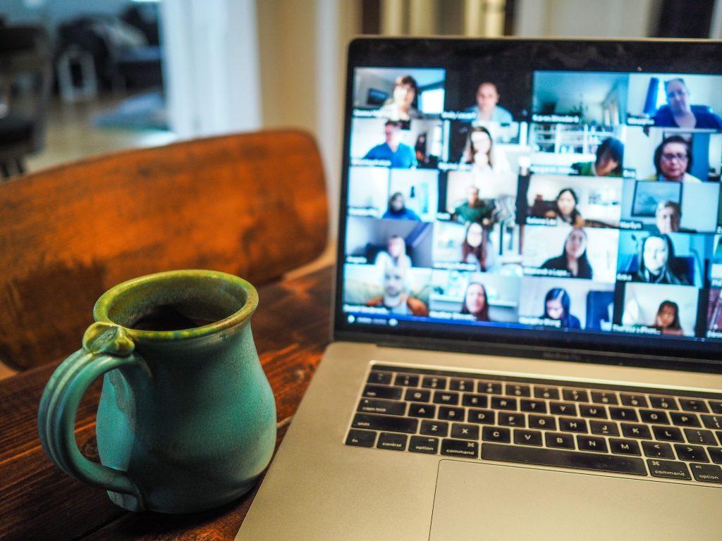 Computer mit Online Konferenz